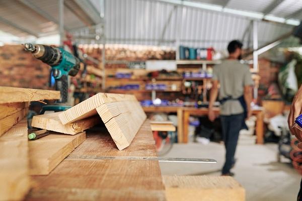 lavoro in falegnameria per la produzione di soggiorni