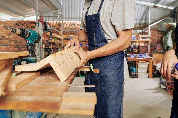 Falegname crea mobili su misura