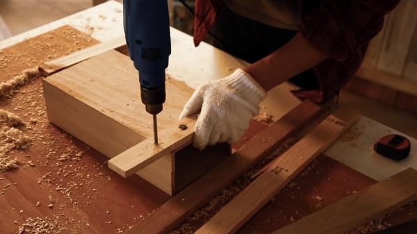 Falegname durante la costruzione di mobili su misura